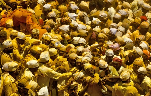 Devotees_rushing_the_khandoba__palkhi__in_a_frenzied_state_o
