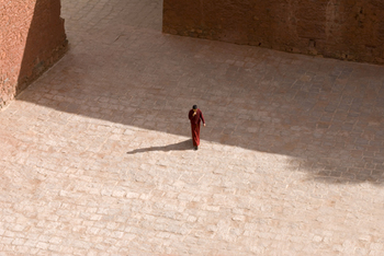Tibetan_monk_from_above_in_gyantse_tibet