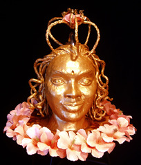 20100819102218-queen_bee_sculpture