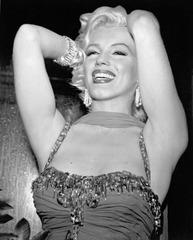 Marilyn_monroe_posing_by_bruno_bernard_1954