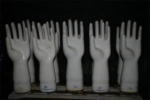20110322021532-handssculpture