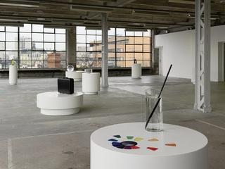 Au premier plan : Sans titre (vase/disque chromatique), Mathieu Mercier