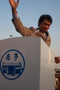 20120513104103-hu_xiangqian__flying_blue_flag__2006__single-channel_video__19_min_13_sec__courtesy_of_long_march_space