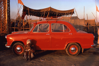 Pilgrim and Ambassador Car, Prayag, Uttar Pradesh,Raghubir Singh