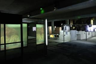 """Vue de l\'exposition monographique de Neïl Beloufa """"Les Inoubliables prises d\'autonomie"""", dans le cadre de la saison \'Imaginez l\'Imaginaire"""" , Neïl Beloufa"""