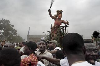 A traditional dancer and crowd salute Jean-Pierre Bemba as he walks to a rally from the airport. Series: Congo Democratic, July 2006, Kinshasa, DRC , Guy Tillim
