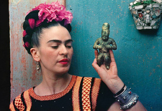 Frida with Olmeca figurine, Coyoacan,Nickolas Muray