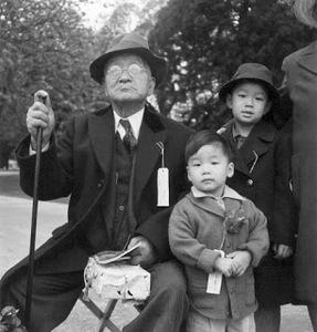 20140413200729-dorothea_lange_-_grandfather_and_grandchildren_awaiting_evacuation_bus
